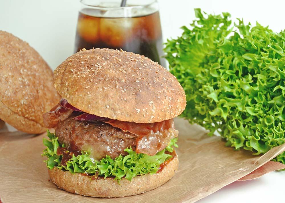 BBQ-burger med innbakt ost og serranoskinke